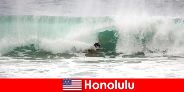 Insula paradis Honolulu oferă valuri perfecte pentru amatori și surferi profesionale