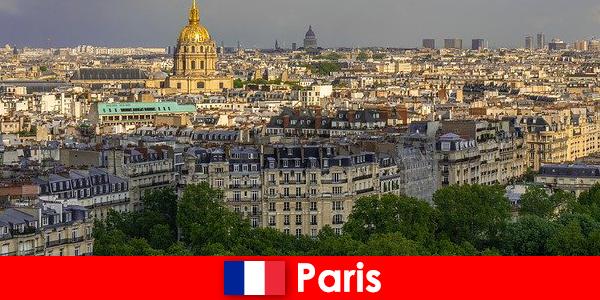 Turistii iubesc centrul orasului Paris cu expozitiile sale si galerii de arta