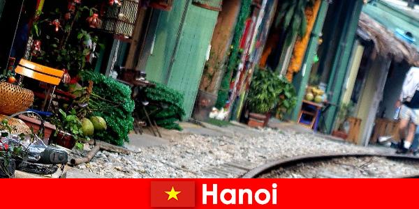Hanoi este capitala fascinantă a Vietnamului, cu străzi înguste și tramvaie