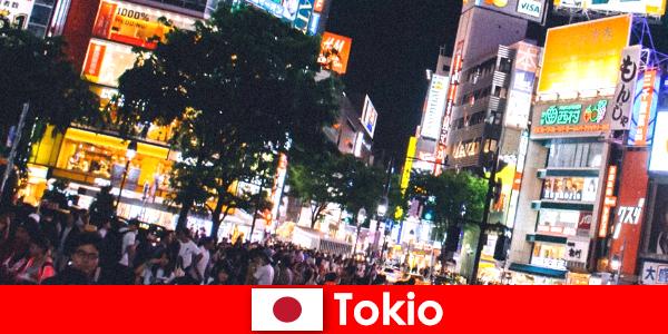 Tokyo viața de noapte perfectă pentru turiști în orașul lumina neon pâlpâitoare