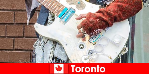 Străinii iubesc Toronto pentru cosmopolitismul său pentru scena muzicală a tuturor culturilor