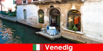 Experiență pură de călătorie pentru turiștii care fac cumpărături în orașul vechi din Veneția, Italia