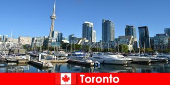 Toronto în Canada este o metropolă modernă de mare foarte popular pentru turistii orasului