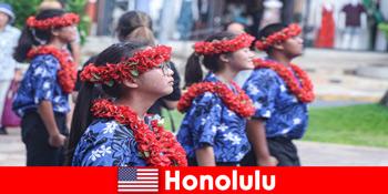 Oaspeții străini iubesc schimbul cultural cu localnicii din Honolulu Statele Unite