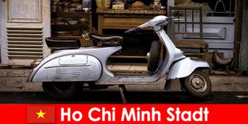 Ho Chi Minh City Vietnam oferă turiștilor tururi cu mopedul pe străzile pline de viață