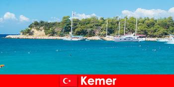 Tur cu barca și petreceri fierbinți pentru tinerii turiști din Kemer Turcia