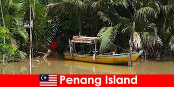 Excursie pe distanțe lungi pentru excursioniști prin jungla insulei Penang Malaezia