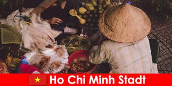 Străinii încearcă varietatea de tarabe alimentare în Ho Chi Minh City Vietnam