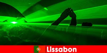 Seri disco populare pe plajă pentru tinerii turiști de petrecere din Lisabona Portugalia