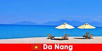 Turiștii se relaxează pe plajele azurii din Da Nang Vietnam