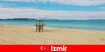 Turiștii relaxanti sunt încântați de plajele din Izmir Turcia