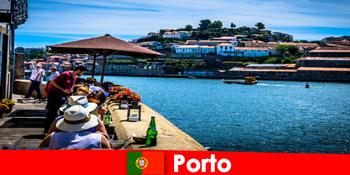 Destinație pentru pauze scurte la marile restaurante de pește din portul din Porto Portugalia