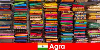 Grupuri de turism din străinătate cumpara tesaturi de matase ieftine în Agra India